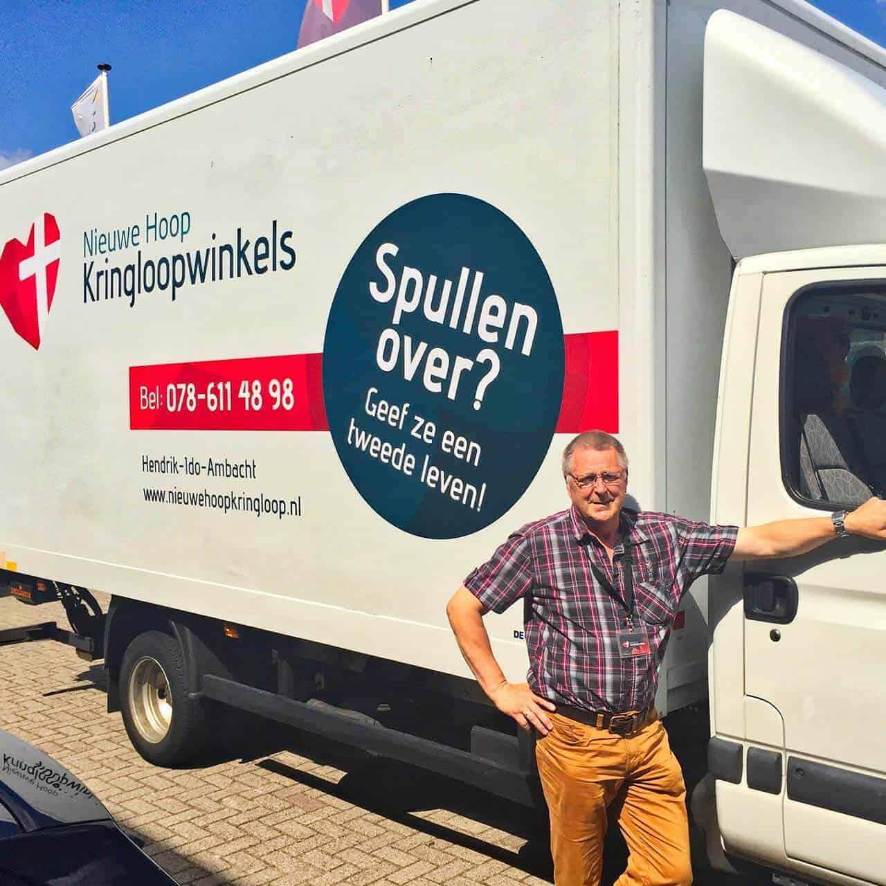 Vrachtwagen van Nieuwe Hoop met vrijwilliger