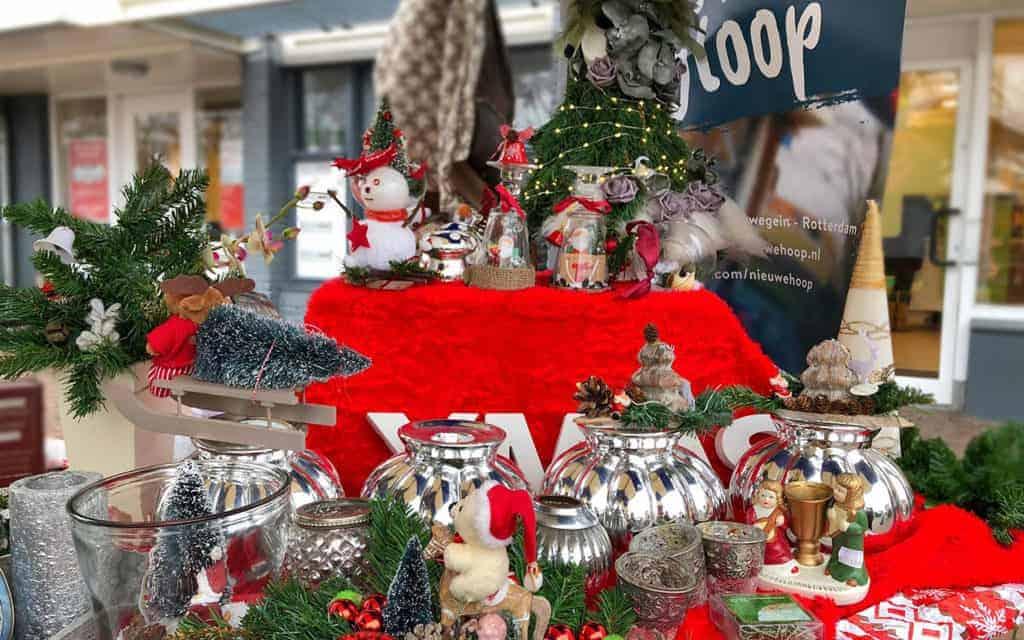 Kringloopwinkel kerstmarkt tafel opgemaakt in Dordrecht